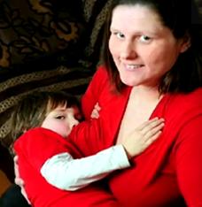 allaitement1 e1292008716393 Elle allaite toujours son fils de 6 ans!