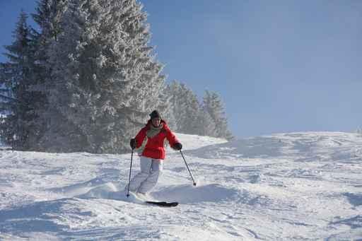 sage femme ski Une sage femme affronte la neige à skis pour aider une femme à accoucher