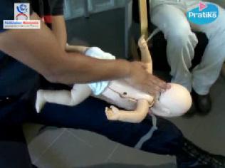 bebe settouffe Bébé s'étouffe, les gestes qui sauvent
